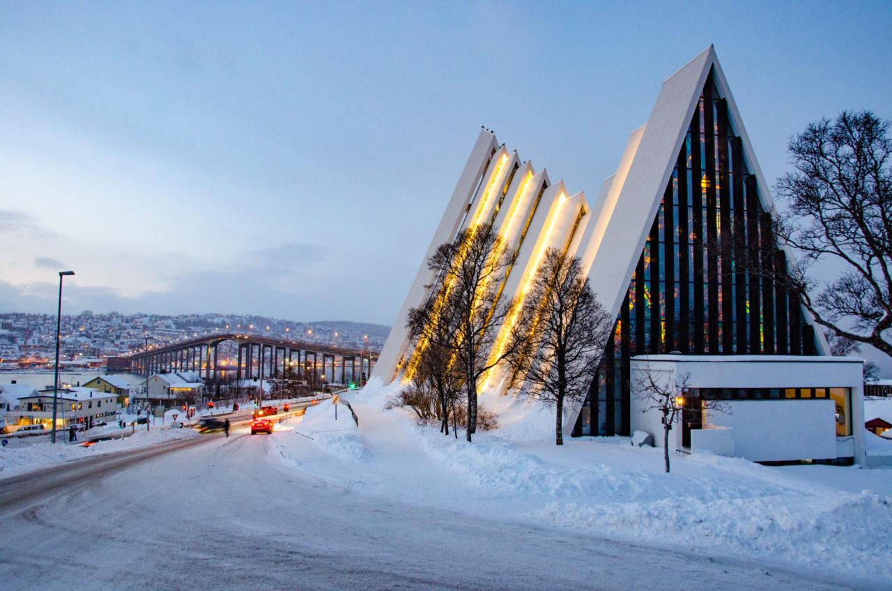 Úchvatná Arktická katedrála (Arctic Cathedral) pri večernom osvetlení