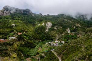 Pohľad zvrchu na dedinu Chamorga