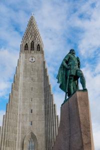 Najväčší islandský kostol Hallgrímskirkja, v popredí socha Leifa Ericssona