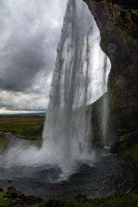 Za vodnou oponou vodopádu Selljalandsfoss sa dá prechádzať