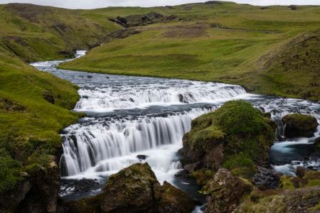 Koryto rieky Skóga s menším vodopádom