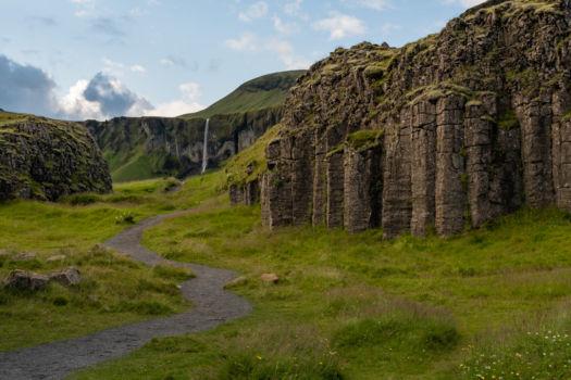 Hexagonálne skalné útvary Dverghamrar, v pozadí vodopád Hamrafoss