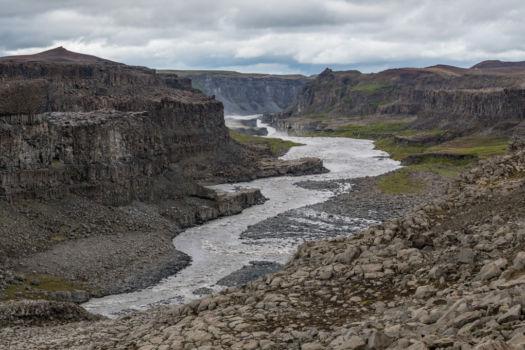 Údolie v blízkosti vodopádu Detifoss ako vystrihnuté z fantasy románu