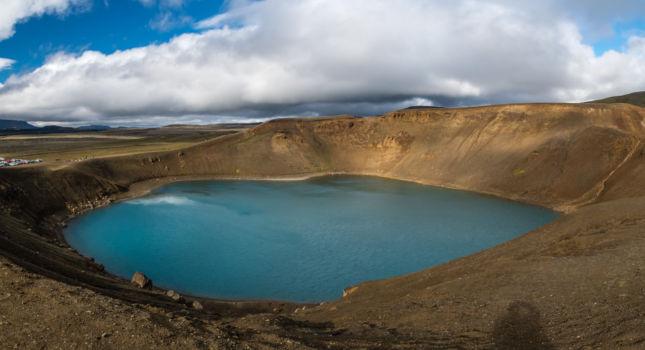 Kráter Víti s tyrkysovo sfarbenou vodou
