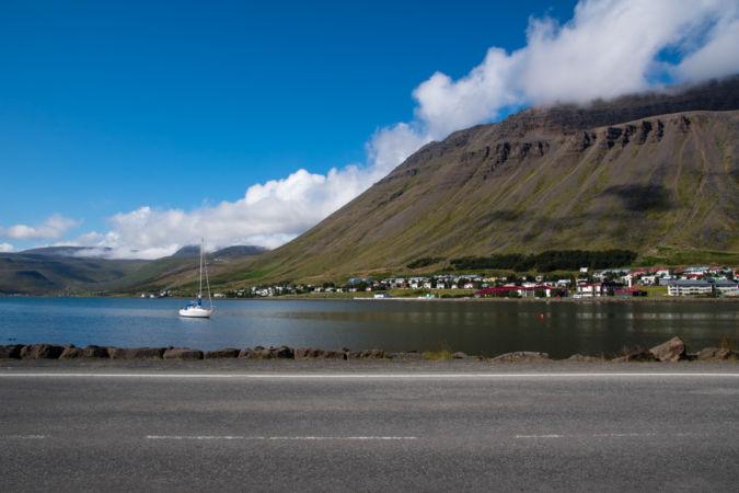 Útesy obklopujúce Isafjordur