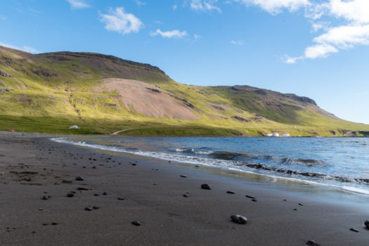 Pláž oproti kempu Urdartindur